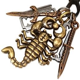 Collier cuir avec scorpion, rasoir, épée, couteau et os