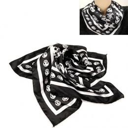 Petit foulard noir avec têtes de mort blanches