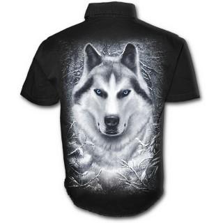 Chemise gothique homme à manches courtes avec loup dans une forêt enneigée